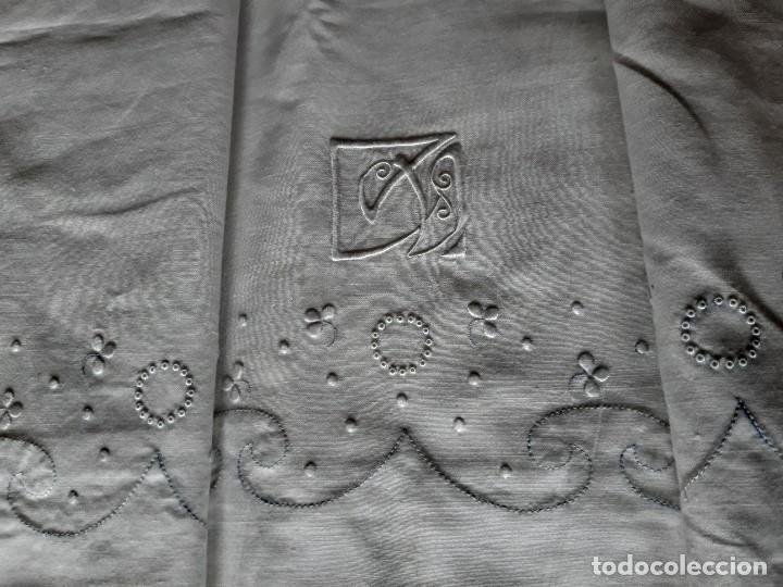 Antigüedades: ANTIGUA SABANA BORDADA A MANO CON INICIALES, LLEVA TODO EL EMBOZO BORDADO. - Foto 3 - 194113861