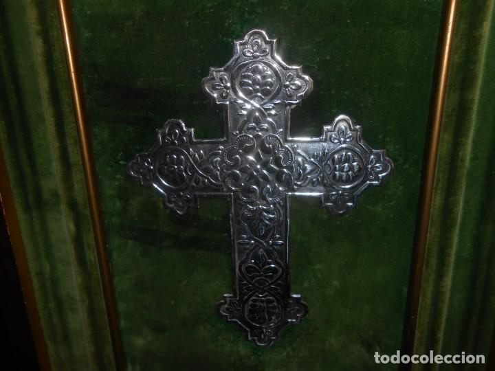 CRUZ DE PLATA EN MARCO DE MADERA PAN DE ORO (Antigüedades - Religiosas - Cruces Antiguas)