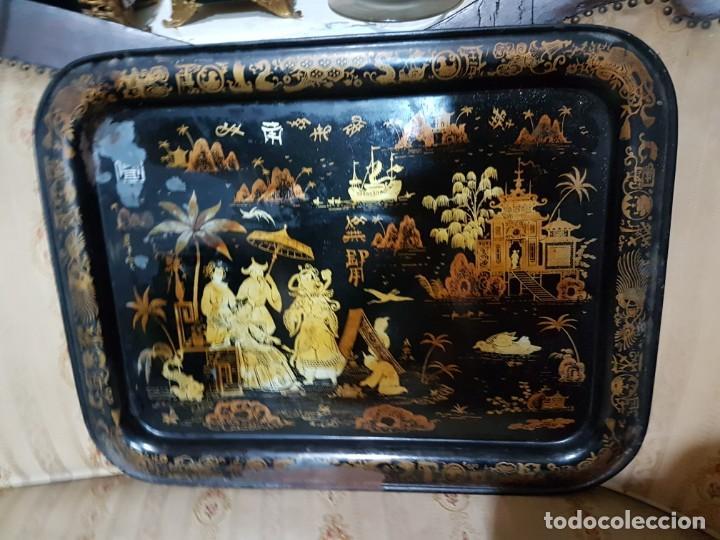 ENORME Y ANTIGUA BANDEJA EN HOJALATA ESCENAS CHINESCA SG.XIX. ISABELINA (Antigüedades - Hogar y Decoración - Bandejas Antiguas)