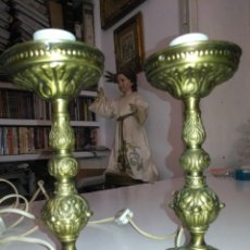 Antigüedades: PAREJA LAMPARAS DE MESITA DE NOCHE O CANDELEROS METAL 22 CM APROXIMADOS . Lote 194149181