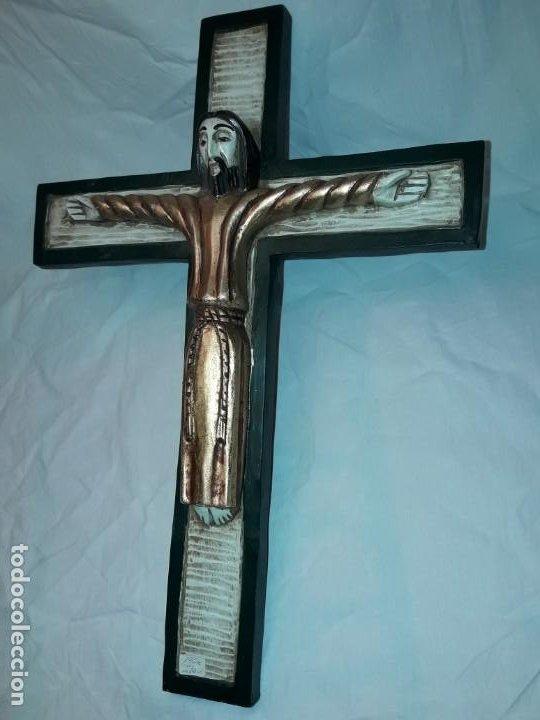 Antigüedades: Bello crucifijo talla de madera en una solo pieza policromada estilo Románico años 60/70 - Foto 2 - 194169085