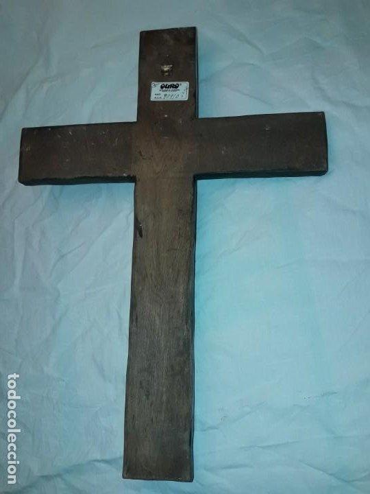 Antigüedades: Bello crucifijo talla de madera en una solo pieza policromada estilo Románico años 60/70 - Foto 3 - 194169085
