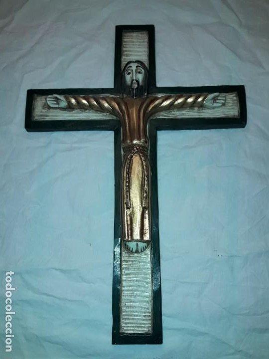 Antigüedades: Bello crucifijo talla de madera en una solo pieza policromada estilo Románico años 60/70 - Foto 5 - 194169085