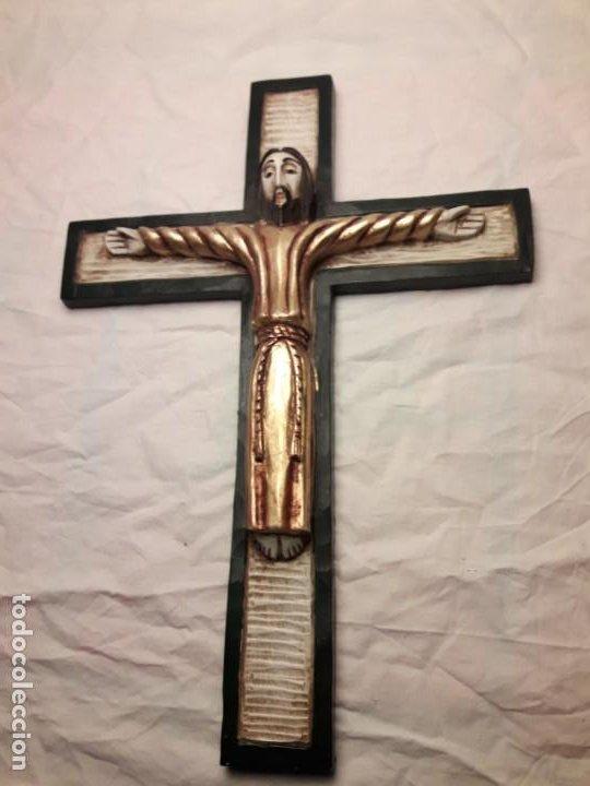 Antigüedades: Bello crucifijo talla de madera en una solo pieza policromada estilo Románico años 60/70 - Foto 6 - 194169085