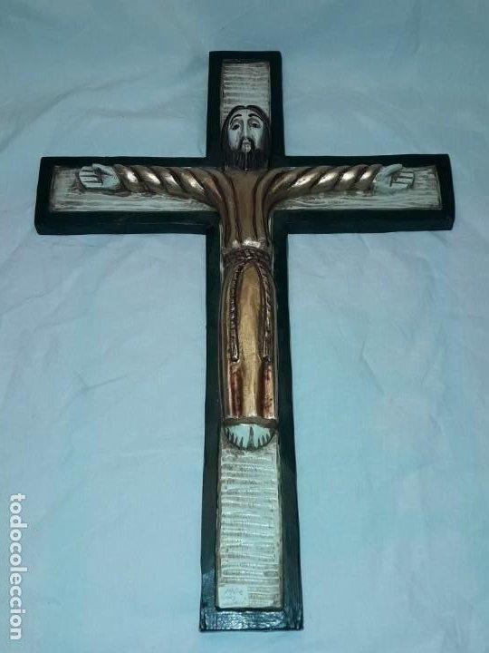 Antigüedades: Bello crucifijo talla de madera en una solo pieza policromada estilo Románico años 60/70 - Foto 15 - 194169085