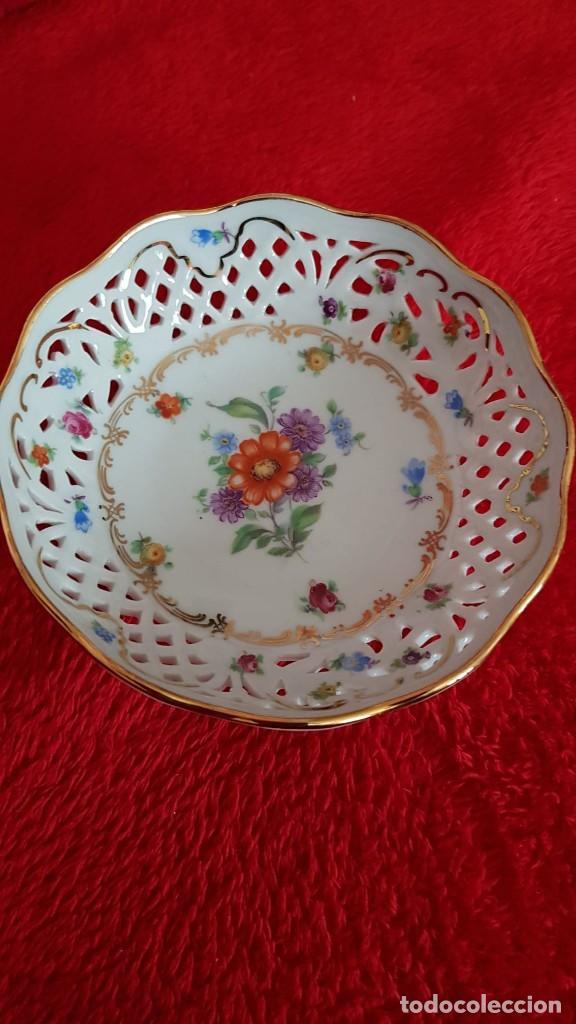 Antigüedades: Plato en porcelana Vintage Alemana Carl Schumann Bavaria calado plato hecho y pintado mano - Foto 2 - 194174367