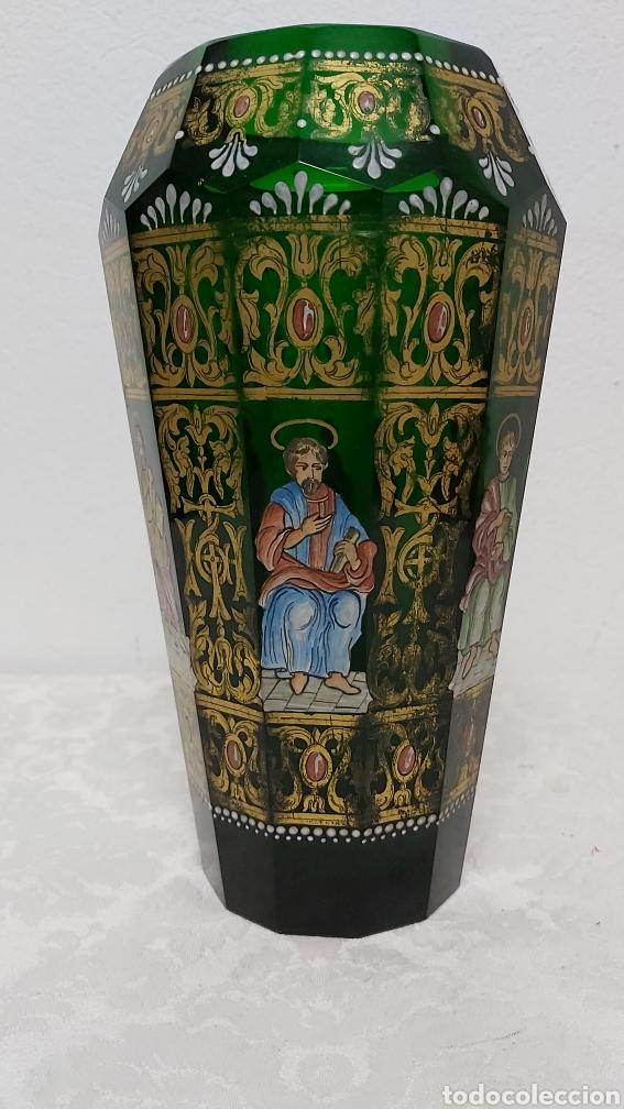 Antigüedades: JARRÓN DE CRISTAL VERDE CON 6 APÓSTOLES SANTOS . DECORACIÓN EN ORO - Foto 2 - 194199290
