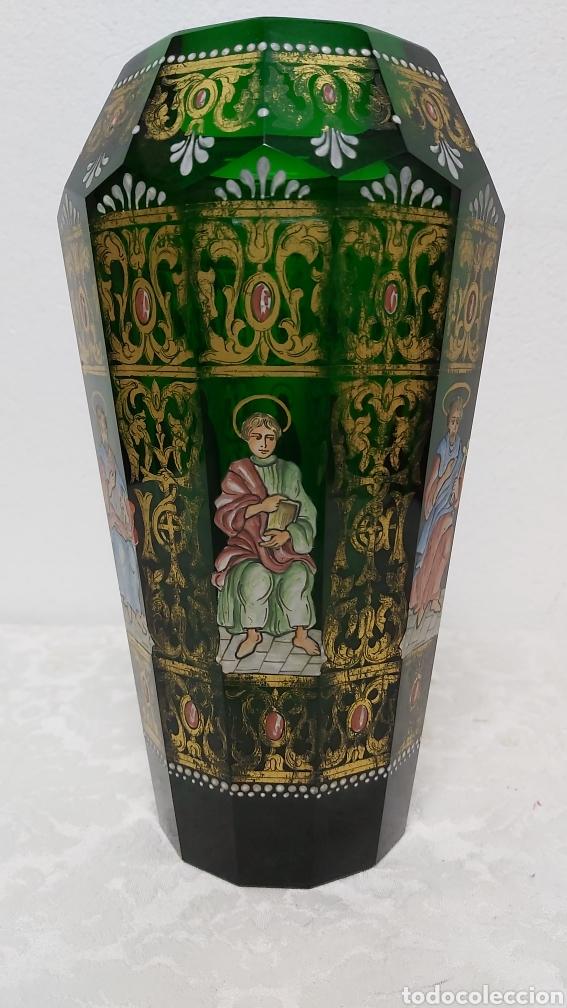 Antigüedades: JARRÓN DE CRISTAL VERDE CON 6 APÓSTOLES SANTOS . DECORACIÓN EN ORO - Foto 3 - 194199290