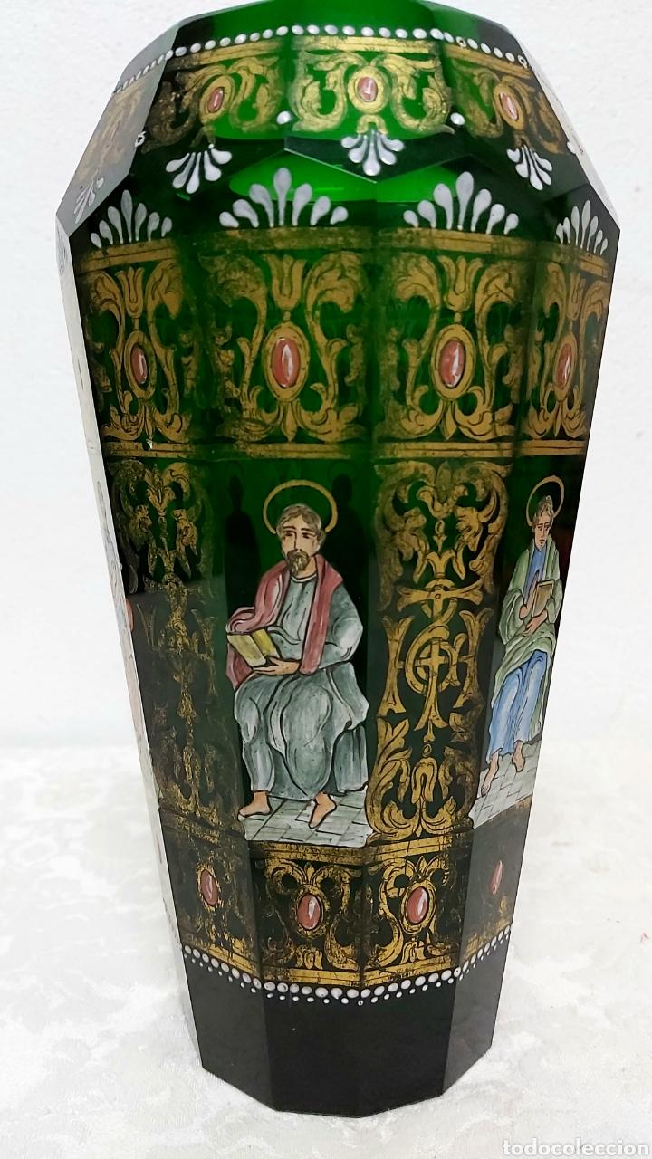 Antigüedades: JARRÓN DE CRISTAL VERDE CON 6 APÓSTOLES SANTOS . DECORACIÓN EN ORO - Foto 5 - 194199290
