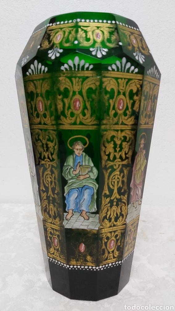 Antigüedades: JARRÓN DE CRISTAL VERDE CON 6 APÓSTOLES SANTOS . DECORACIÓN EN ORO - Foto 6 - 194199290