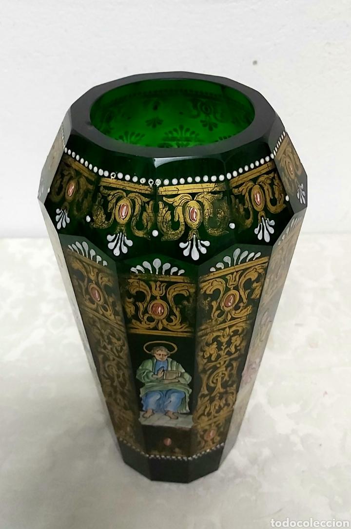 Antigüedades: JARRÓN DE CRISTAL VERDE CON 6 APÓSTOLES SANTOS . DECORACIÓN EN ORO - Foto 7 - 194199290