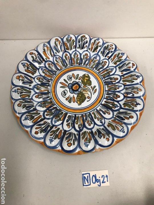 PLATO DECORATIVO DE TALAVERA (Antigüedades - Hogar y Decoración - Platos Antiguos)