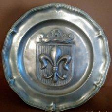 Antigüedades: PLATO DE ESTAÑO PARA COLGAR FLOR DE LIS SELLO HL 30 CM. Lote 194202553