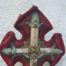 Antigüedades: ANTIGUA BENDITERA CRUZ METAL Y TERCIOPELO. Lote 194218638
