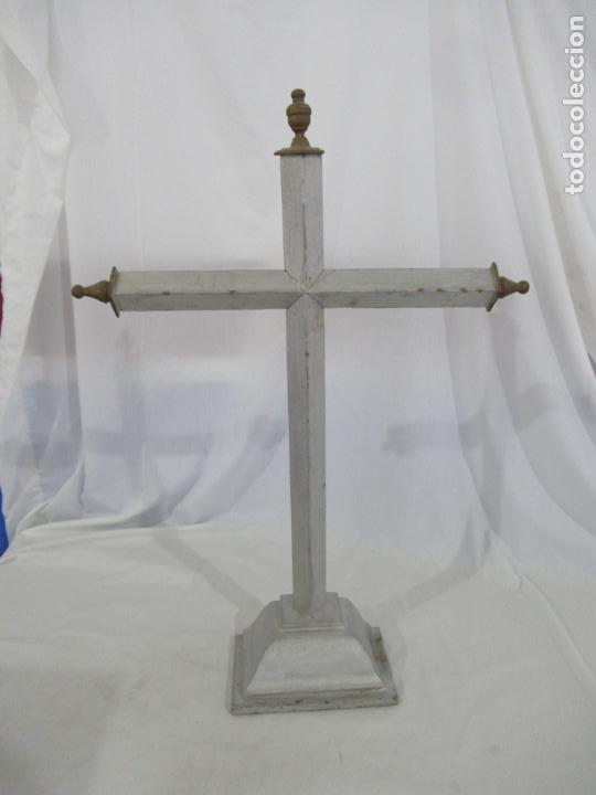Antigüedades: Antigua cruz de madera con peana. Gran tamaño 65 x 48 cm. - Foto 2 - 194220480