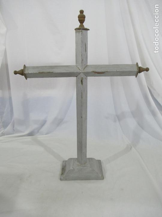 Antigüedades: Antigua cruz de madera con peana. Gran tamaño 65 x 48 cm. - Foto 9 - 194220480