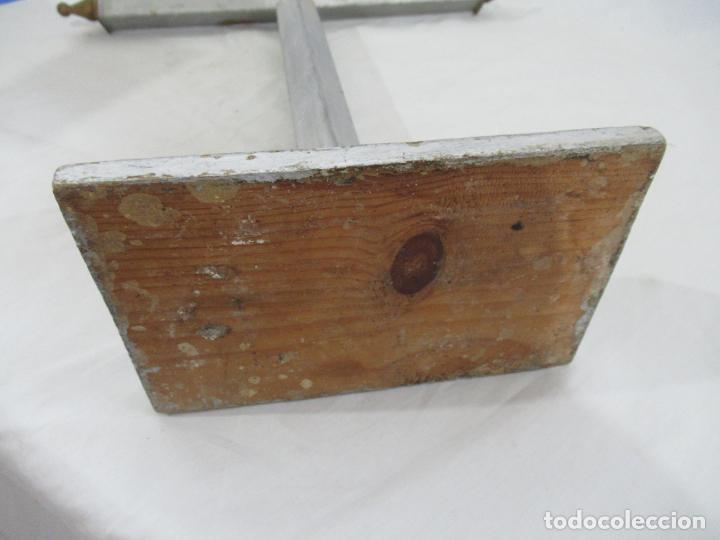 Antigüedades: Antigua cruz de madera con peana. Gran tamaño 65 x 48 cm. - Foto 13 - 194220480