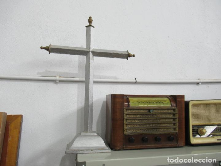 ANTIGUA CRUZ DE MADERA CON PEANA. GRAN TAMAÑO 65 X 48 CM. (Antigüedades - Religiosas - Cruces Antiguas)