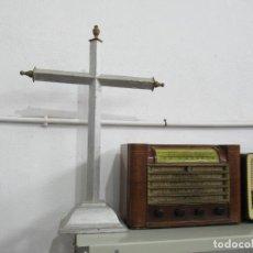 Antigüedades: ANTIGUA CRUZ DE MADERA CON PEANA. GRAN TAMAÑO 65 X 48 CM.. Lote 194220480