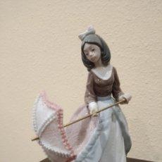 Antigüedades: LLADRÓ FIGURA PORCELANA DAMA ABRIENDO LA SOMBRILLA -DESCATALOGADA 1984 A 2002- 01005210. Lote 194227338