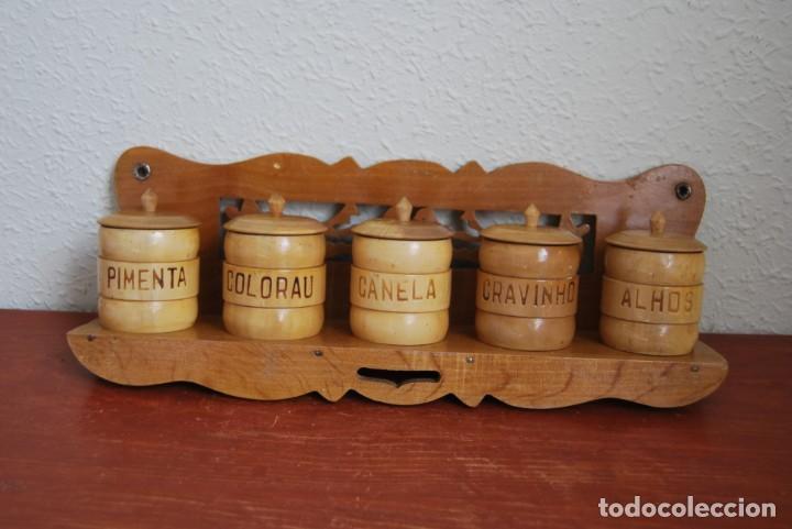 Antigüedades: BONITA BALDA DE MADERA CON BOTES DE ESPECIAS - REPISA - COCINA - PORTUGAL - AÑOS 60 - Foto 2 - 194227623