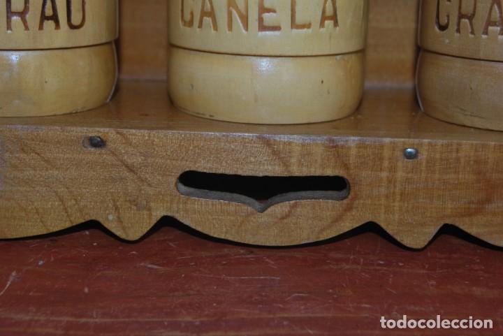 Antigüedades: BONITA BALDA DE MADERA CON BOTES DE ESPECIAS - REPISA - COCINA - PORTUGAL - AÑOS 60 - Foto 6 - 194227623