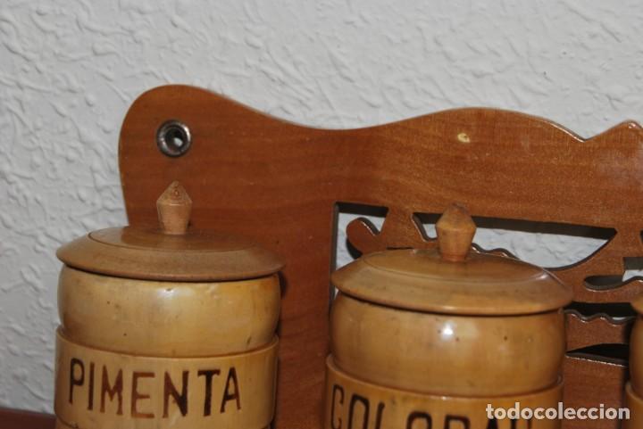 Antigüedades: BONITA BALDA DE MADERA CON BOTES DE ESPECIAS - REPISA - COCINA - PORTUGAL - AÑOS 60 - Foto 7 - 194227623