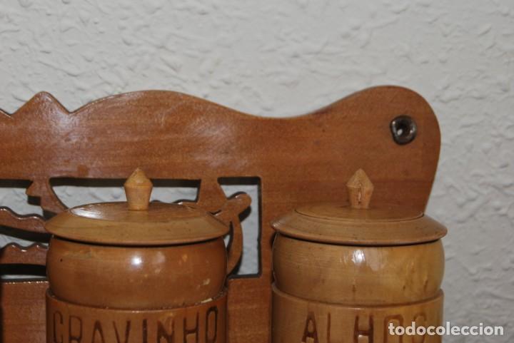 Antigüedades: BONITA BALDA DE MADERA CON BOTES DE ESPECIAS - REPISA - COCINA - PORTUGAL - AÑOS 60 - Foto 8 - 194227623