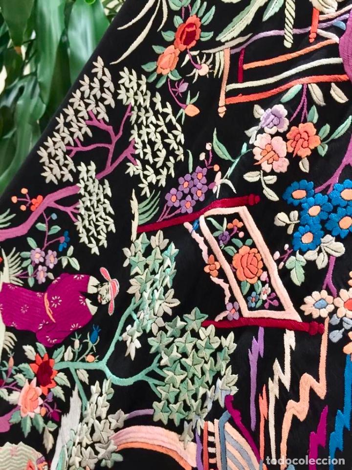 Antigüedades: Mantón de Manila antiguo cantonés bordado en seda a mano con figuras chinas de 1870 - Foto 3 - 194229053