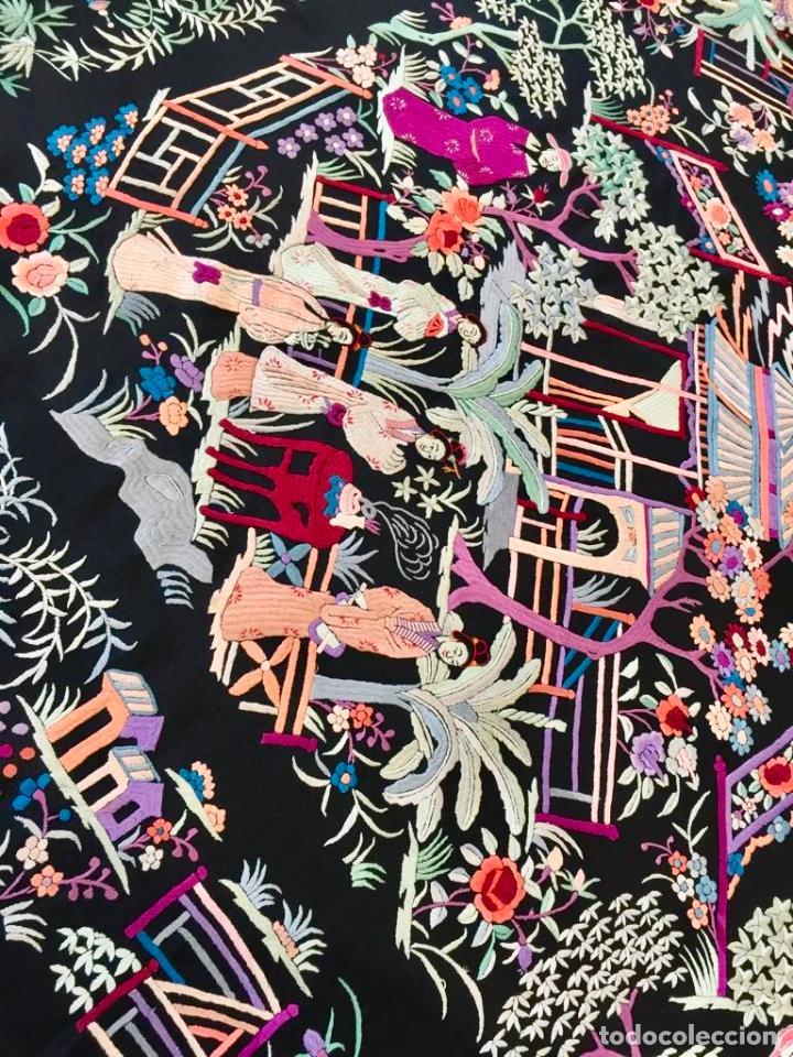 Antigüedades: Mantón de Manila antiguo cantonés bordado en seda a mano con figuras chinas de 1870 - Foto 2 - 194229053