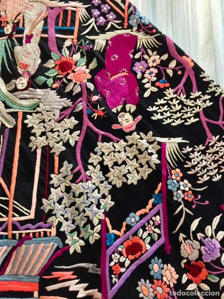 Antigüedades: Mantón de Manila antiguo cantonés bordado en seda a mano con figuras chinas de 1870 - Foto 6 - 194229053