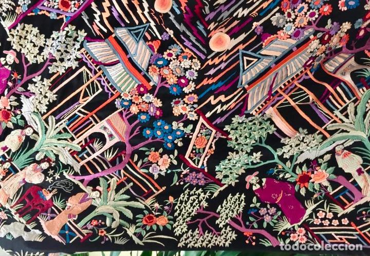 Antigüedades: Mantón de Manila antiguo cantonés bordado en seda a mano con figuras chinas de 1870 - Foto 10 - 194229053