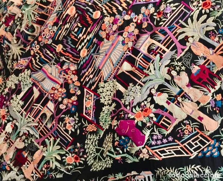 Antigüedades: Mantón de Manila antiguo cantonés bordado en seda a mano con figuras chinas de 1870 - Foto 13 - 194229053