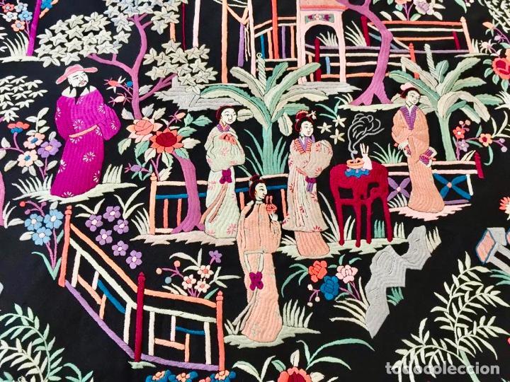 Antigüedades: Mantón de Manila antiguo cantonés bordado en seda a mano con figuras chinas de 1870 - Foto 14 - 194229053