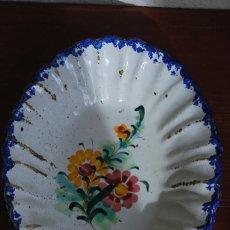 Antigüedades: PRECIOSO PLATO DE CERÁMICA POPULAR PORTUGUESA - FUENTE OVALADA - DECORACIÓN FLORAL - S.XIX. Lote 194235203