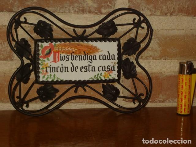 ANTIGUA BALDOSA RELIGIOSA CON FORJA,DIOS BENDIGA CADA RINCON DE ESTA CASA.PARA COLGAR. (Antigüedades - Religiosas - Varios)