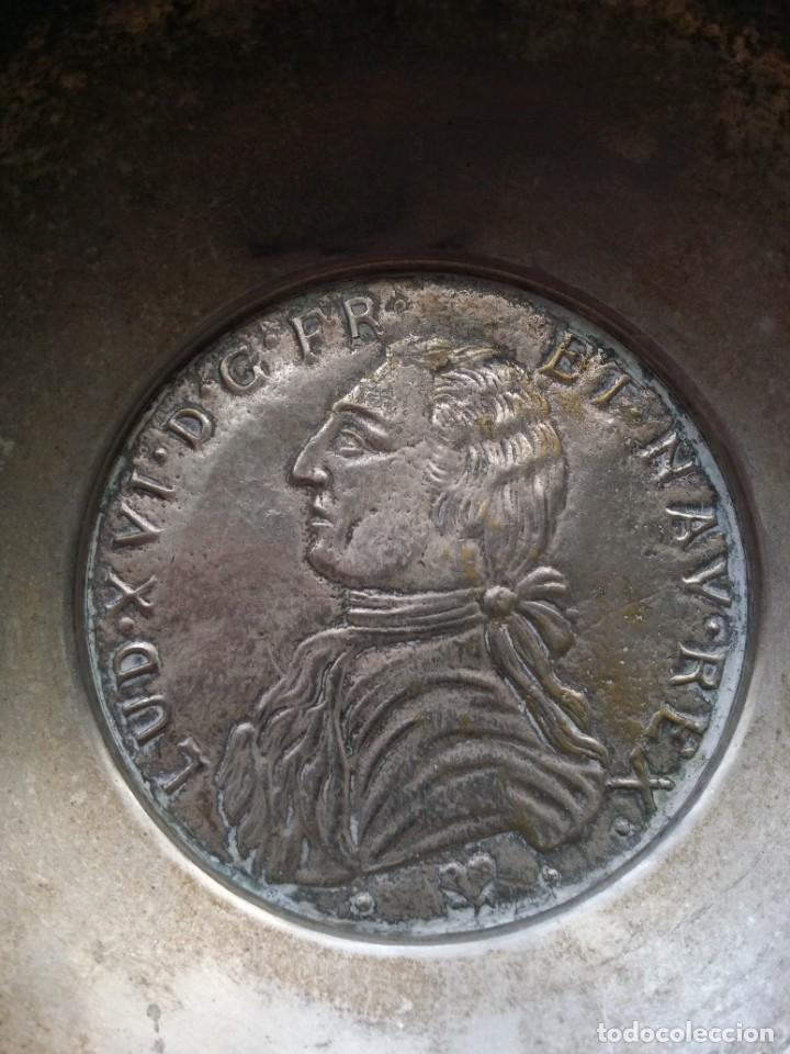 Antigüedades: BANDEJA O CATAVINOS DE METAL MEDALLA DE LUIS XVI - Foto 2 - 194241855