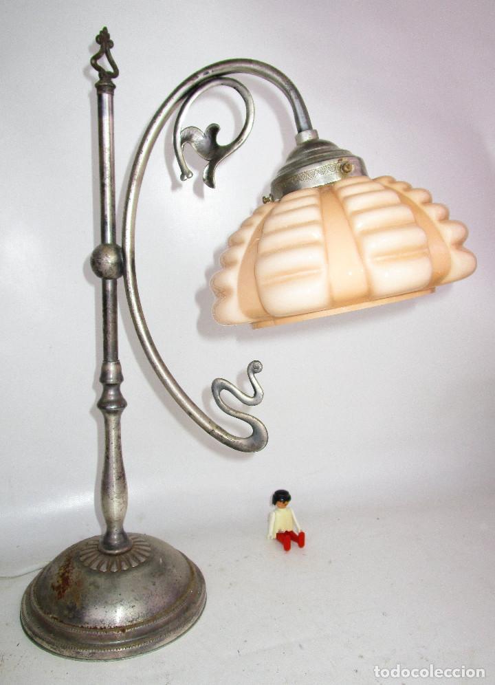 PRECIOSA LAMPARA ART DECO MODERNISTA EN ACERO CROMADO Y TULIPA OPALINA SALMON (Antigüedades - Iluminación - Lámparas Antiguas)