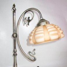 Antigüedades: PRECIOSA LAMPARA ART DECO MODERNISTA EN ACERO CROMADO Y TULIPA OPALINA SALMON. Lote 194243780