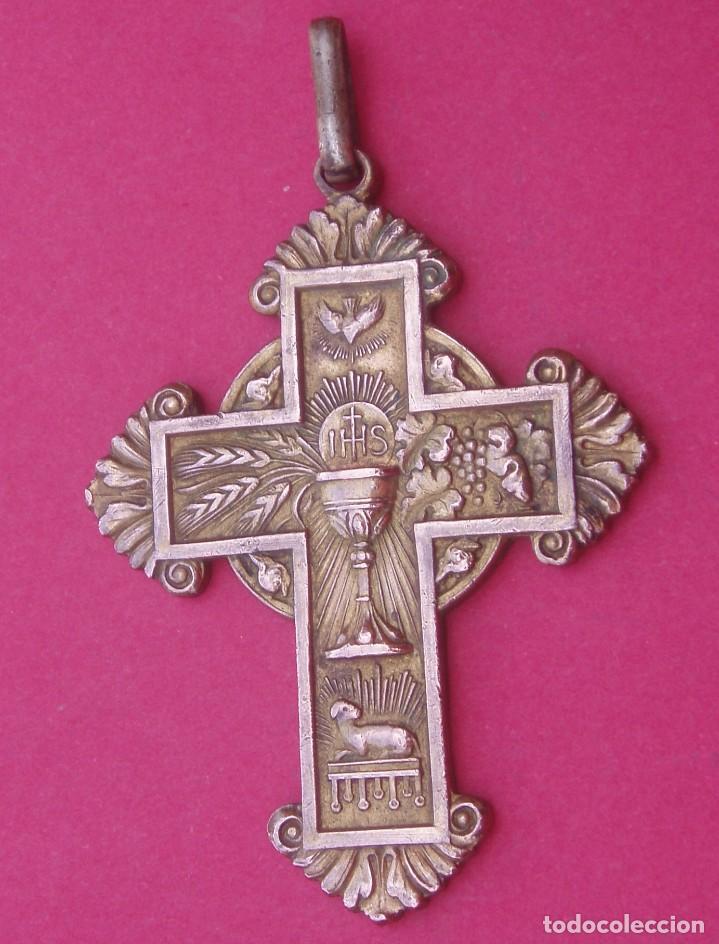 PRECIOSA CRUZ MEDALLA ANTIGUA CON CÁLIZ Y AGNUS DEI. (Antigüedades - Religiosas - Cruces Antiguas)