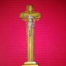 Antigüedades: CRUCIFIJO DE MADERA Y ESTUCO DE SOBREMESA. Lote 194261212