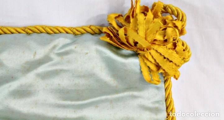 Antigüedades: t4 Preciosa labor isabelina bordada a mano sobre seda s XIX - Foto 5 - 194269867