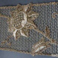 Antigüedades: ANTIGUO ENCAJE BORDADO CON HILO DE SEDA Y METÁLICO ORO PPIO.S.XX. Lote 194292888
