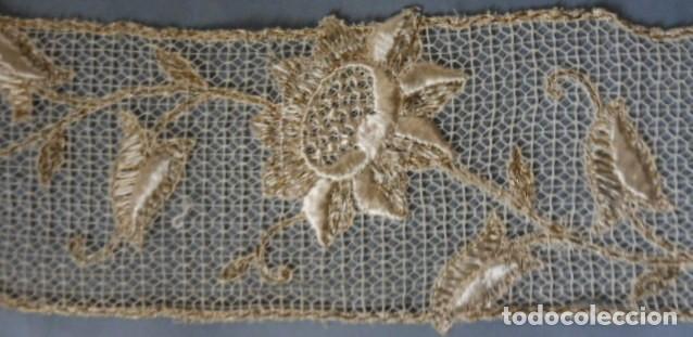 Antigüedades: ANTIGUO ENCAJE BORDADO CON HILO DE SEDA Y METÁLICO ORO - 4M. PPIO.S.XX - Foto 3 - 194292888