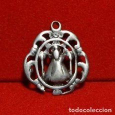 Antigüedades: MEDALLA PLATA NUESTRA SEÑORA DE ATOCHA, SIGLO XVIII, CON LEYENDA EN TRASERA. Lote 194293415