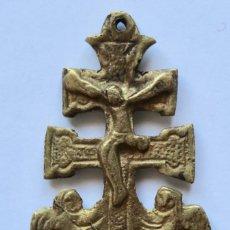 Antigüedades: ANTIGUO COLGANTE CRUZ DE CARAVACA- DOBLE CARA- BRONCE- 5,5 X 3,5 CM.. Lote 194296302