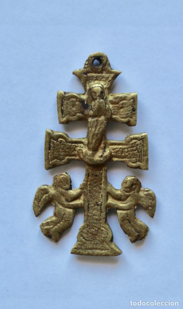 Antigüedades: ANTIGUO COLGANTE CRUZ DE CARAVACA- DOBLE CARA- BRONCE- 5,5 X 3,5 CM. - Foto 2 - 194296302