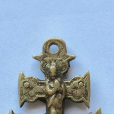 Antigüedades: ANTIGUO COLGANTE CRUZ DE CARAVACA- DOBLE CARA- 6 X 2,8 CM.. Lote 194296835