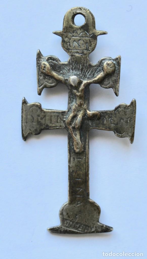 ANTIGUO COLGANTE CRUZ DE CARAVACA- DOBLE CARA- 6,2 X 3,1 CM. (Antigüedades - Religiosas - Cruces Antiguas)