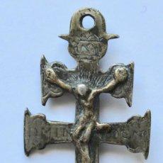 Antigüedades: ANTIGUO COLGANTE CRUZ DE CARAVACA- DOBLE CARA- 6,2 X 3,1 CM.. Lote 194297220